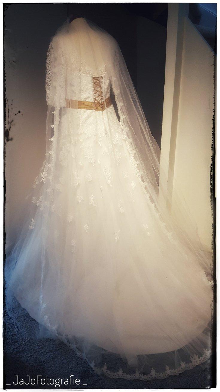 Bruidje, trouwejurk, trouwjurk op paspop, trouwjurk wassen