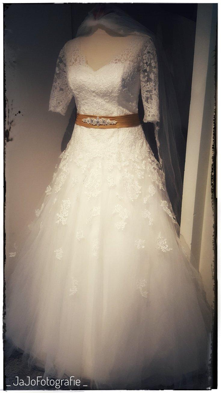 Trouwen, trouwjurk op paspop, trouwjurk nog eens aan, trouwjurk wassrn