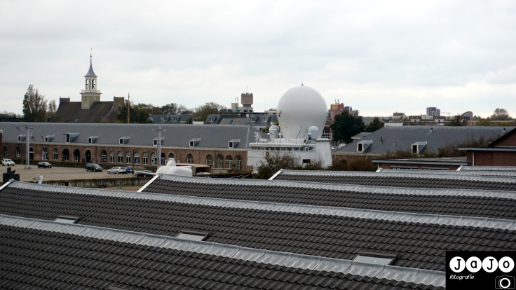 over de daken, zie je de koepel van de ruiter. Rechts een toren van Den Helder