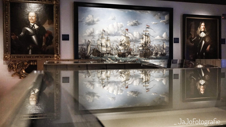 slag om kijkduik, een groot doen geschilderd door Jan Quelery. Rechts een portret van Cornelis Maartensz. En links een schilderij van Michiel de Ruyter.