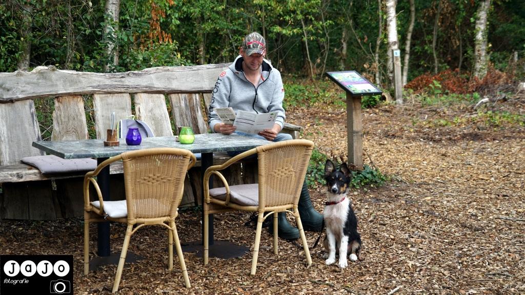 op het terras bij theehuis de bosrand wachten wij op koffie. Puppy, Wandelen, Laarzenpad, Staatsbosbeheer, Drenthe, Norg, Natuur, Landschap, Vlinder, Flora en Fauna.